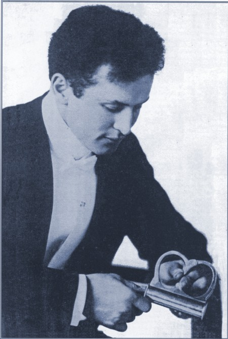 Houdini with the famous Mirror Cuffs