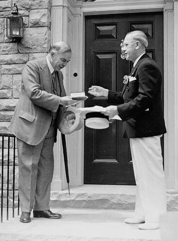 Mackenzie King receiving the key